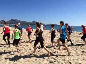 Anna från Wellivate kör sandlöpning under träningsresa på Mallorca